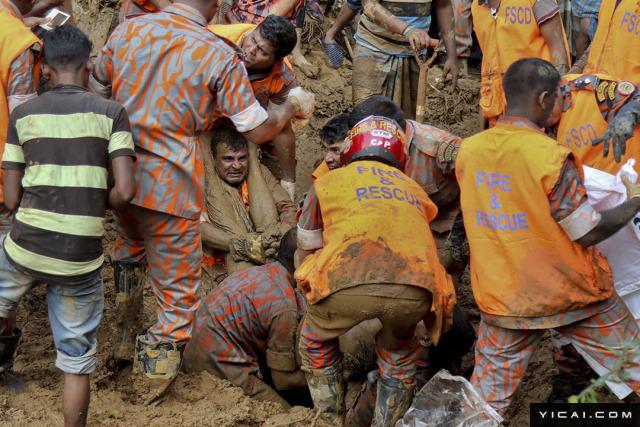 当地时间2017年6月14日,孟加拉国兰伽马提镇(Rangamati),救援人员从淤泥中掘出一名遇难者遗体。据孟加拉当局,孟加拉东南部山体滑坡已造成超过100人遇难,另有道路被埋,电力中断。救援人员周三艰难抵达遭遇山体滑坡的各村庄。