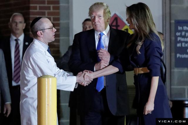 当地时间2017年6月14日,美国华盛顿,美国总统特朗普偕第一夫人梅拉尼娅慰问枪击事件受害者。