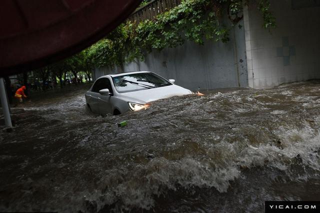 """2017年6月13日上午,受台风""""苗柏""""夜间在深圳登陆带来强降雨的影响,深圳市区内多处出现内涝。由于降雨时正值上班时间,给市民出行带来困难,很多路段由于积水出行拥堵。地铁车公庙站出现积水一度停运。"""