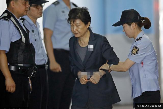 """当地时间2017年6月15日,韩国首尔,韩国前总统朴槿惠及其40年闺蜜、""""干政门""""事件的主要涉案人崔顺实同时被押往法庭接受公审。"""