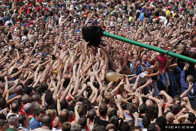 """当地时间2017年6月11日,比利时蒙斯,民众庆祝蒙斯屠龙节,人们争抢象征龙尾的马鬃毛,场面相当壮观。蒙斯屠龙节(Ducasse de Mons或Doudou)是蒙斯一年一度的重要节日,节日在每年复活节后的第八个星期日举行,2005年,该节日被联合国教科文组织列入""""人类口头和非物质文化遗产名录""""。"""