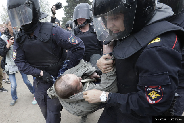 当地时间2017年6月12日,俄罗斯圣彼得堡,民众参加未经批准反腐集会。俄罗斯反对派领袖、著名反腐人士阿列克谢-纳瓦尔尼(Alexei Navalny )再次号召他的支持者们于周一俄罗斯日一起参加示威抗议活动。