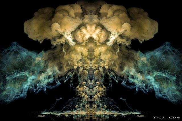 """2017年6月14日报道,在墨水和其他液体混合的一瞬间,会出现什么样的效果?40岁的摄影师Brian Tomlinsons把不同颜色的墨水滴进鱼缸,接着调高快门速度,捕捉一瞬间发生的情景。绚丽的色彩""""喷发"""",仿佛火山爆发喷出的火山灰,动态华丽的视觉效果让观众无法相信这竟是用生活中最常见的墨水创作的。"""