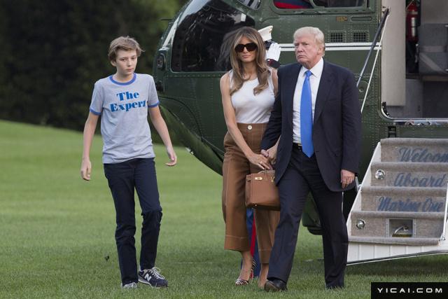 """据《每日邮报》消息,美国第一夫人梅拉尼娅星期日晚上发推文称已经与11岁儿子巴伦正式移居白宫,她写道,""""期待将在新家创造的美好回忆。""""巴伦是特朗普和现任妻子梅拉尼娅的儿子,是特朗普五个子女中最小的儿子。"""