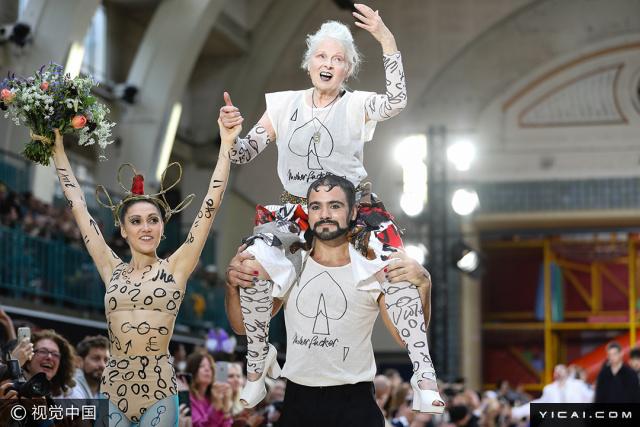 """当地时间2017年6月12日,英国伦敦,2018春夏伦敦男装周:Vivienne Westwood 品牌秀场。看了薇薇安·威斯特伍德(Vivienne Westwood)2018春夏男装秀,不得不说,还是西太后会玩!这一季,西太后通过四种来源于扑克牌四种不同的符号来传达这一季的概念""""We Are Mother F**Ker""""。黑桃代表一种巨大的恶势力正破坏着地球,桃心则是充满爱和言论自由世界,方片暗示虚伪的破坏者、眼里面只有金钱却不停破坏地球的贪心资本家,草花预示着战争。"""