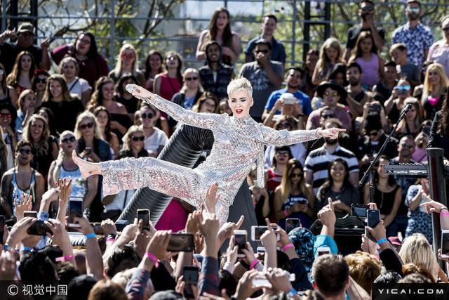 """当地时间2017年6月12日,洛杉矶,凯蒂·佩里(Katy Perry)宣传新专辑直播""""真人秀""""。"""