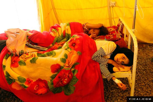 当地时间2017年6月13日,也门萨那,感染霍乱的儿童在医院接受治疗。