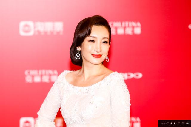 """导演身份的秦海璐。2017年6月17日,第二十届上海国际电影节开幕式红毯在上海大剧院大剧场举行。本届上海国际电影节共收到106个国家和地区的报名影片2528部,其中来自""""一带一路""""沿线国家和地区的影片1016部。中国电影《烽火芳菲》成为电影节的开幕影片。"""