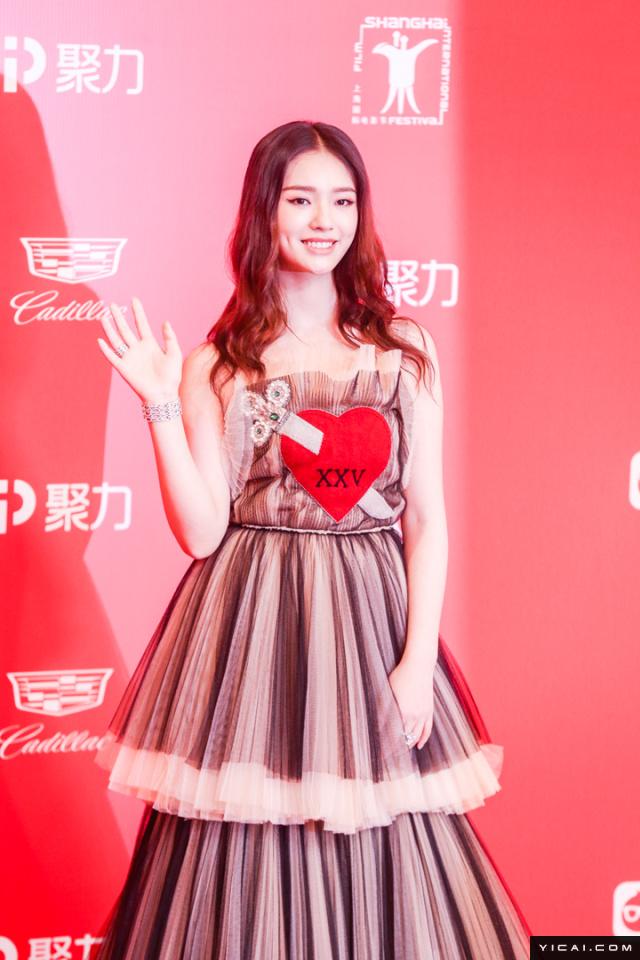 """林允。2017年6月17日,第二十届上海国际电影节开幕式红毯在上海大剧院大剧场举行。本届上海国际电影节共收到106个国家和地区的报名影片2528部,其中来自""""一带一路""""沿线国家和地区的影片1016部。中国电影《烽火芳菲》成为电影节的开幕影片。"""