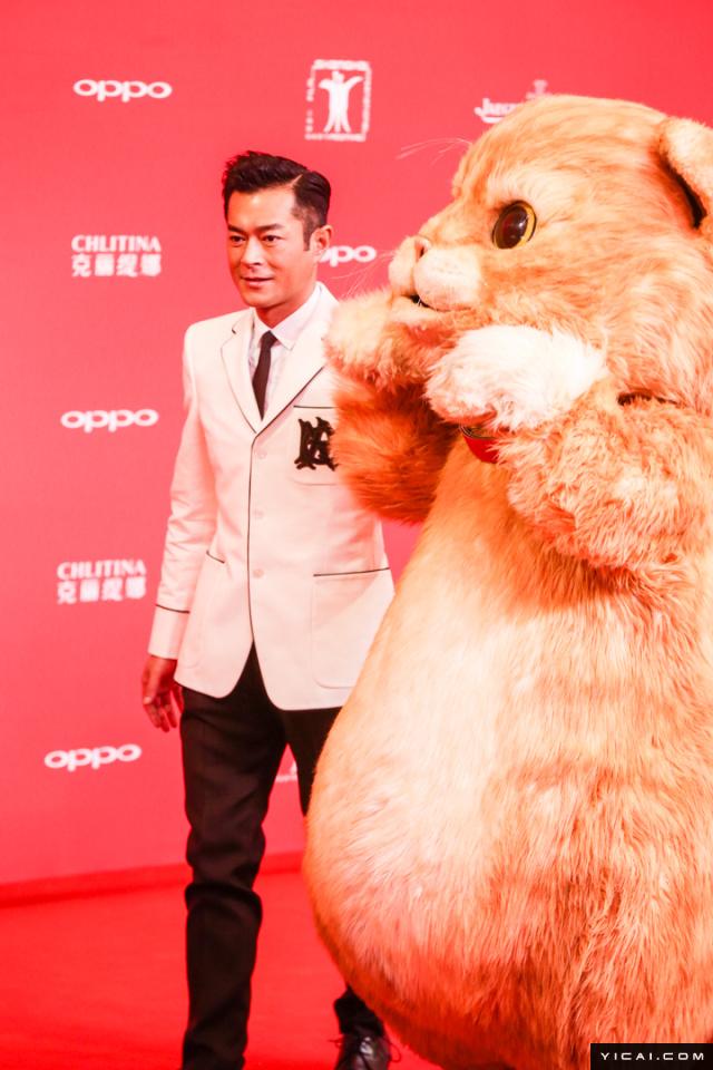 """《喵星人》剧组,古天乐。2017年6月17日,第二十届上海国际电影节开幕式红毯在上海大剧院大剧场举行。本届上海国际电影节共收到106个国家和地区的报名影片2528部,其中来自""""一带一路""""沿线国家和地区的影片1016部。中国电影《烽火芳菲》成为电影节的开幕影片。"""