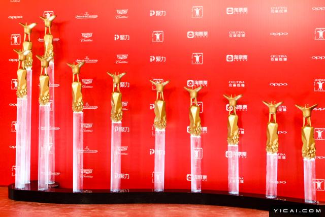 """2017年6月17日,第二十届上海国际电影节开幕式红毯在上海大剧院大剧场举行。本届上海国际电影节共收到106个国家和地区的报名影片2528部,其中来自""""一带一路""""沿线国家和地区的影片1016部。中国电影《烽火芳菲》成为电影节的开幕影片。"""