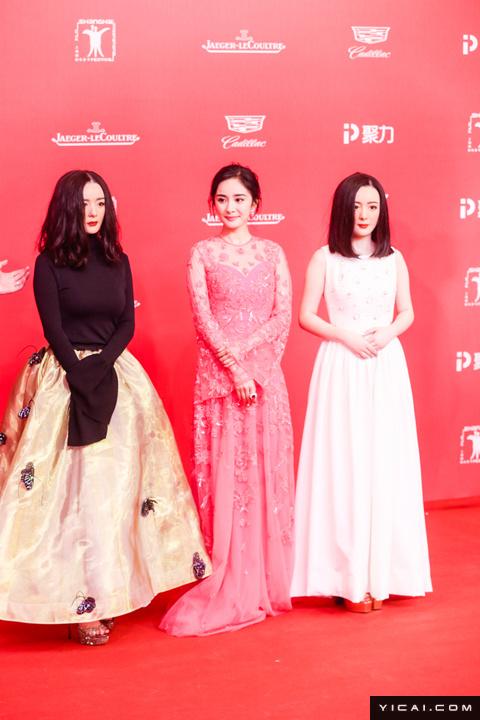 """真假杨幂。2017年6月17日,第二十届上海国际电影节开幕式红毯在上海大剧院大剧场举行。本届上海国际电影节共收到106个国家和地区的报名影片2528部,其中来自""""一带一路""""沿线国家和地区的影片1016部。中国电影《烽火芳菲》成为电影节的开幕影片。"""