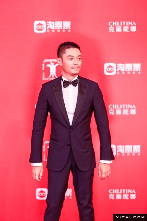 """霍建华。2017年6月17日,第二十届上海国际电影节开幕式红毯在上海大剧院大剧场举行。本届上海国际电影节共收到106个国家和地区的报名影片2528部,其中来自""""一带一路""""沿线国家和地区的影片1016部。中国电影《烽火芳菲》成为电影节的开幕影片。"""