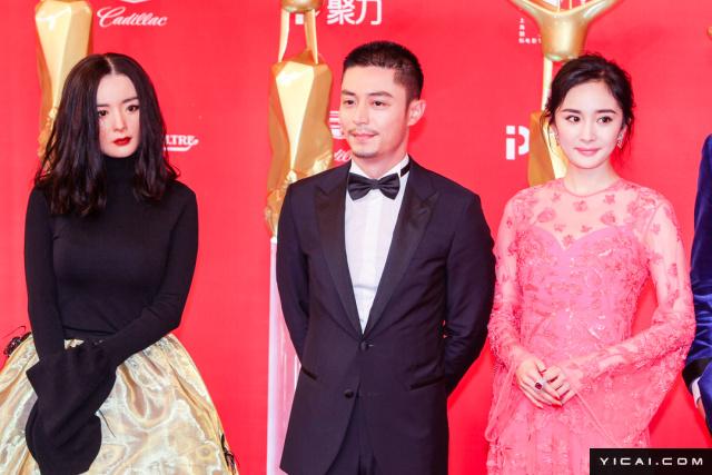 """《逆时营救》霍建华、杨幂。2017年6月17日,第二十届上海国际电影节开幕式红毯在上海大剧院大剧场举行。本届上海国际电影节共收到106个国家和地区的报名影片2528部,其中来自""""一带一路""""沿线国家和地区的影片1016部。中国电影《烽火芳菲》成为电影节的开幕影片。"""