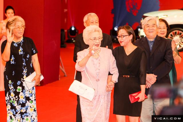 """老一辈上海电影人,96岁高龄的秦怡老师(中)亲临红毯。2017年6月17日,第二十届上海国际电影节开幕式红毯在上海大剧院大剧场举行。本届上海国际电影节共收到106个国家和地区的报名影片2528部,其中来自""""一带一路""""沿线国家和地区的影片1016部。中国电影《烽火芳菲》成为电影节的开幕影片。"""