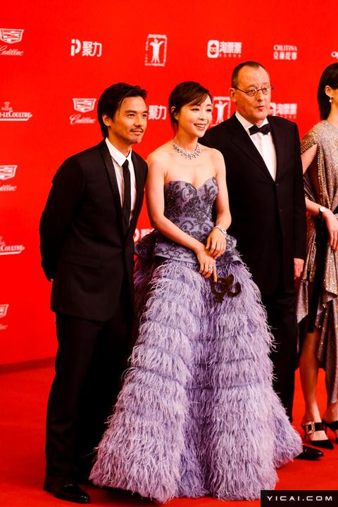 """《侠盗联盟》剧组,冯德伦、张静初、让·雷诺。2017年6月17日,第二十届上海国际电影节开幕式红毯在上海大剧院大剧场举行。本届上海国际电影节共收到106个国家和地区的报名影片2528部,其中来自""""一带一路""""沿线国家和地区的影片1016部。中国电影《烽火芳菲》成为电影节的开幕影片。"""