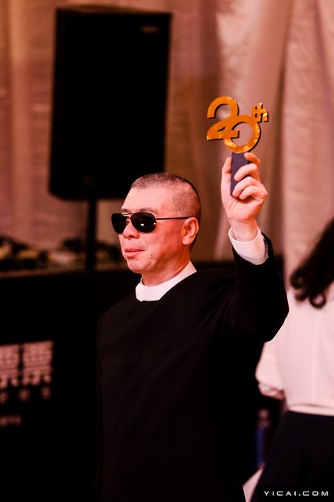 """冯小刚。2017年6月17日,第二十届上海国际电影节开幕式红毯在上海大剧院大剧场举行。本届上海国际电影节共收到106个国家和地区的报名影片2528部,其中来自""""一带一路""""沿线国家和地区的影片1016部。中国电影《烽火芳菲》成为电影节的开幕影片。"""