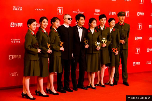 """冯小刚执导的《芳华》剧组。2017年6月17日,第二十届上海国际电影节开幕式红毯在上海大剧院大剧场举行。本届上海国际电影节共收到106个国家和地区的报名影片2528部,其中来自""""一带一路""""沿线国家和地区的影片1016部。中国电影《烽火芳菲》成为电影节的开幕影片。"""