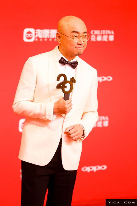 """徐峥。2017年6月17日,第二十届上海国际电影节开幕式红毯在上海大剧院大剧场举行。本届上海国际电影节共收到106个国家和地区的报名影片2528部,其中来自""""一带一路""""沿线国家和地区的影片1016部。中国电影《烽火芳菲》成为电影节的开幕影片。"""