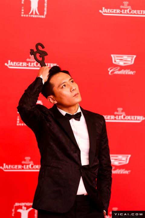 """刘烨。2017年6月17日,第二十届上海国际电影节开幕式红毯在上海大剧院大剧场举行。本届上海国际电影节共收到106个国家和地区的报名影片2528部,其中来自""""一带一路""""沿线国家和地区的影片1016部。中国电影《烽火芳菲》成为电影节的开幕影片。"""