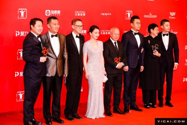"""《明月几时有》剧组。2017年6月17日,第二十届上海国际电影节开幕式红毯在上海大剧院大剧场举行。本届上海国际电影节共收到106个国家和地区的报名影片2528部,其中来自""""一带一路""""沿线国家和地区的影片1016部。中国电影《烽火芳菲》成为电影节的开幕影片。"""