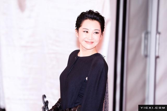 """评委团成员许晴。2017年6月17日,第二十届上海国际电影节开幕式红毯在上海大剧院大剧场举行。本届上海国际电影节共收到106个国家和地区的报名影片2528部,其中来自""""一带一路""""沿线国家和地区的影片1016部。中国电影《烽火芳菲》成为电影节的开幕影片。"""