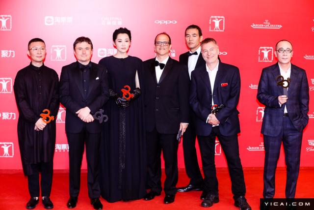 """评委团。2017年6月17日,第二十届上海国际电影节开幕式红毯在上海大剧院大剧场举行。本届上海国际电影节共收到106个国家和地区的报名影片2528部,其中来自""""一带一路""""沿线国家和地区的影片1016部。中国电影《烽火芳菲》成为电影节的开幕影片。"""