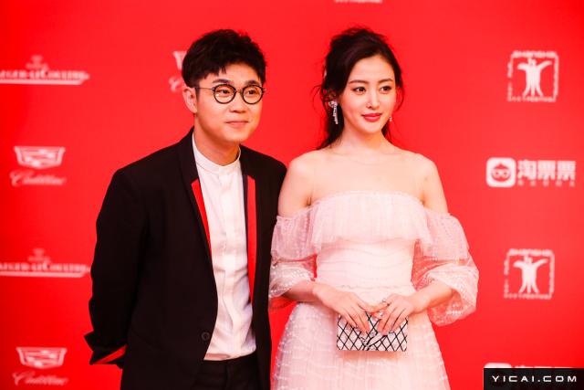 """大鹏、张天爱。2017年6月17日,第二十届上海国际电影节开幕式红毯在上海大剧院大剧场举行。本届上海国际电影节共收到106个国家和地区的报名影片2528部,其中来自""""一带一路""""沿线国家和地区的影片1016部。中国电影《烽火芳菲》成为电影节的开幕影片。"""