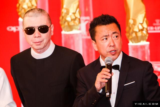 """冯小刚、王中磊。2017年6月17日,第二十届上海国际电影节开幕式红毯在上海大剧院大剧场举行。本届上海国际电影节共收到106个国家和地区的报名影片2528部,其中来自""""一带一路""""沿线国家和地区的影片1016部。中国电影《烽火芳菲》成为电影节的开幕影片。"""