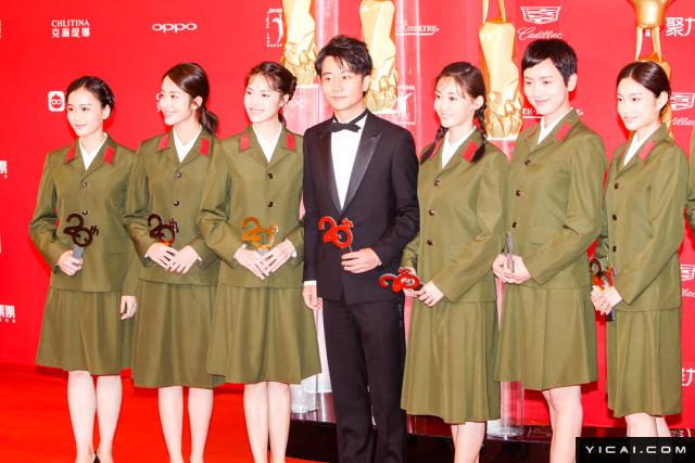 """《芳华》剧组。2017年6月17日,第二十届上海国际电影节开幕式红毯在上海大剧院大剧场举行。本届上海国际电影节共收到106个国家和地区的报名影片2528部,其中来自""""一带一路""""沿线国家和地区的影片1016部。中国电影《烽火芳菲》成为电影节的开幕影片。"""