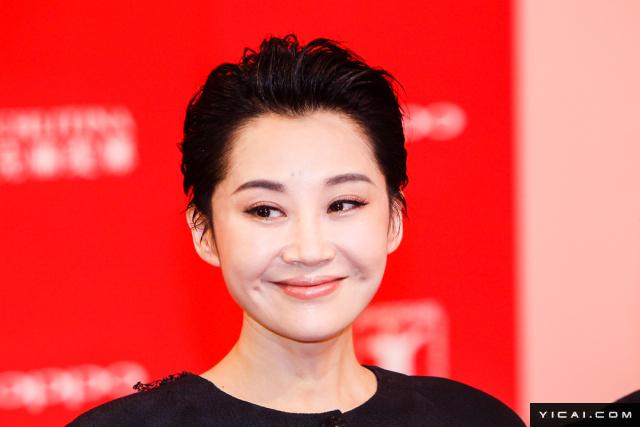 """许晴。2017年6月17日,第二十届上海国际电影节开幕式红毯在上海大剧院大剧场举行。本届上海国际电影节共收到106个国家和地区的报名影片2528部,其中来自""""一带一路""""沿线国家和地区的影片1016部。中国电影《烽火芳菲》成为电影节的开幕影片。"""