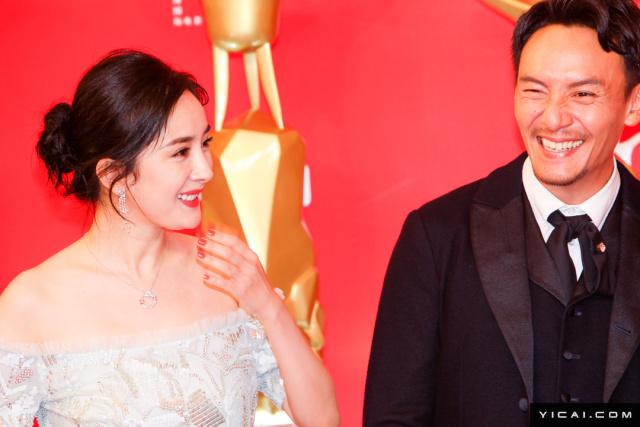 """杨幂、张震。2017年6月17日,第二十届上海国际电影节开幕式红毯在上海大剧院大剧场举行。本届上海国际电影节共收到106个国家和地区的报名影片2528部,其中来自""""一带一路""""沿线国家和地区的影片1016部。中国电影《烽火芳菲》成为电影节的开幕影片。"""