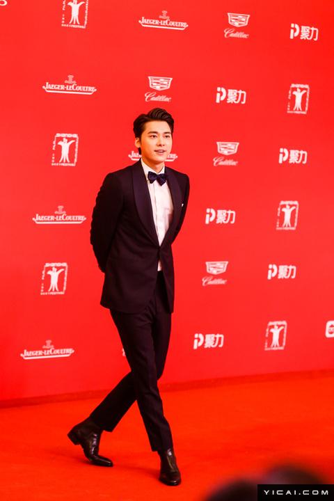 """李易峰。2017年6月17日,第二十届上海国际电影节开幕式红毯在上海大剧院大剧场举行。本届上海国际电影节共收到106个国家和地区的报名影片2528部,其中来自""""一带一路""""沿线国家和地区的影片1016部。中国电影《烽火芳菲》成为电影节的开幕影片。"""