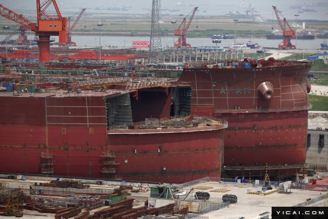 去年,全球造船业深陷严冬,曾一度强大的韩国造船业旷日持久的萧条,中国虽逆势扩张,赶超韩日排在第一,但仍面临诸多困境。进入今年,造船业的情况似乎有所改善,其中韩国的表现最为明显。根据国际造船业权威咨询机构的数据显示,韩国1月新接船舶订单量占全球的55.5%。6月12日,该机构又公布了一组最新数据,5月全球船舶订单量环比增长1倍,韩国今年1—5月累计订单量207万修正总吨(CGT,57艘),赶超中国,排在第一。据韩联社报道,6月12日,国际造船业权威咨询机构克拉克森(CLARKSON)发布了最新数据。5月的全球船舶订单量环比增长1倍,达166万CGT(50艘)。其中,韩国造船企业承接船舶订单达79万修正总吨(表示船舶建造工作量, CGT,21艘),连续2个月登上世界第一宝座。而中国和日本则分别以32万CGT(17艘)和8万CGT(3艘)位居第二、第三位。