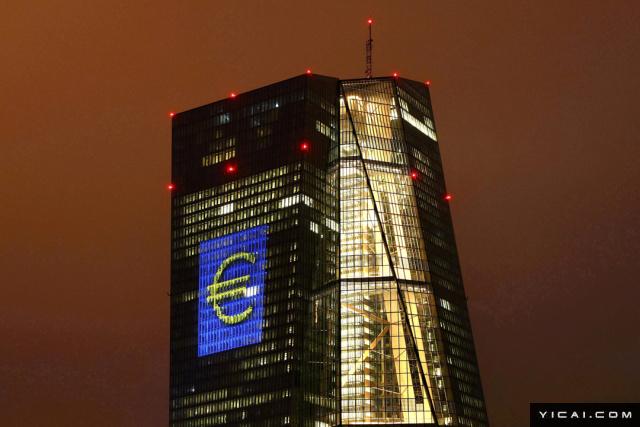 """日前,欧洲央行发布消息称,今年上半年已经完成相当于5亿欧元的人民币外汇储备投资。这是欧洲央行首次主动配置人民币外汇储备资产。专家分析,这既凸显人民币作为国际货币地位的提升,也表现了在中国稳中向好经济背景下,国际社会对人民币的进一步看好。事实上,欧洲央行管理委员会在1月就已做出购买人民币资产的决定,但直到购买完成后才公布了该消息。目前欧洲央行外汇储备维持680亿欧元的总体规模不变,为购买相当于5亿欧元的人民币资产,欧洲央行抛售了等值的美元资产。""""投资反映了人民币作为国际货币角色地位的提升。""""欧洲央行在官网上这样解释此次购买行为,""""人民币作为一种全球性国际货币在近年被使用得更多。""""2016年10月,人民币正式加入国际储备货币(SDR)篮子,成为继美元、欧元、英镑、日元之后的第五大国际货币。"""