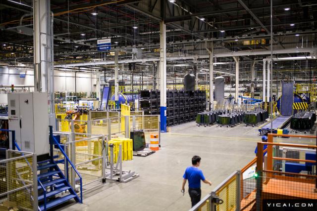 """6月12日,《纽约时报》刊文《中国工厂遇到了美国工会》,报道了曹德旺在美国建厂时遇到的困境——车间里的文化冲突!""""在福耀的车间里,已经出现了很大的文化冲突,一些工人质疑该公司是否真地想按照美式监督和美国标准来经营。""""据悉,福耀玻璃将莫瑞恩工厂的副总经理戴维•伯罗斯(Dave Burrows)解雇,对此他提起的诉讼索赔至少44.2万美元,以补偿其损失,以及对福耀的惩罚性的损失、律师费和法庭费用。除控告福耀玻璃违约外,伯罗斯还声称曹德旺的声明给他的专业生涯带来了极大的不利影响,给他带来了""""嘲讽和耻辱"""",给还说自己走人的原因是——自己不是中国人!对此,曹德旺表示自己太""""冤""""了,他接受采访时表示,他解雇两名美国高管是因为""""他们不尽职,浪费我的钱""""!叹息称,今年4月份,才刚刚宣布集体涨薪14%-15%,此前17美元/时,该工厂的生产力""""没有我们在中国的工厂高""""。图为美国工厂。"""
