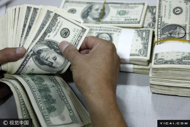 6月16日,在人民币呈现走稳迹象的背景下,中国持有的美国国债在4月实现连续第三个月增长,达到六个月来最高水平。中国人民银行本月公布的数据显示,当月外储余额增加了240亿美元达到3.05万亿美元,增量为2014年4月以来最大。美国财政部上周四发布的月度报告显示,中国持有的美国政府债券、票据和国库券4月份增加了46亿美元,至1.09万亿美元,仍为美国第二大海外债权人。日本依旧持有最多国,4月份规模环比下降124亿美元,至1.11万亿美元。外国持有美国国债总额4月环比减少286亿美元,至为6.07万亿美元左右。