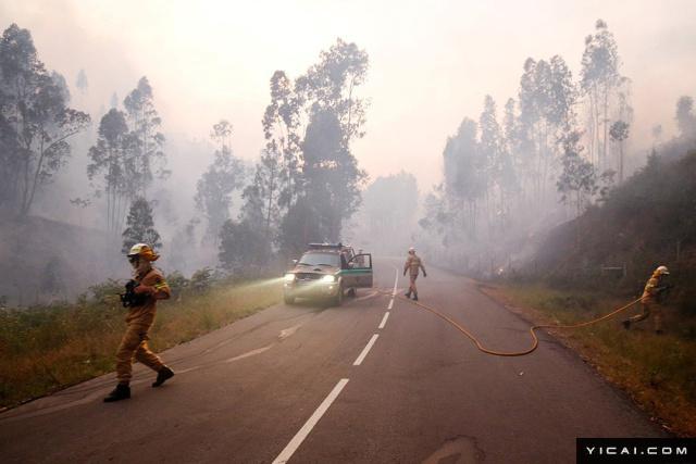 图为消防员在灭火。