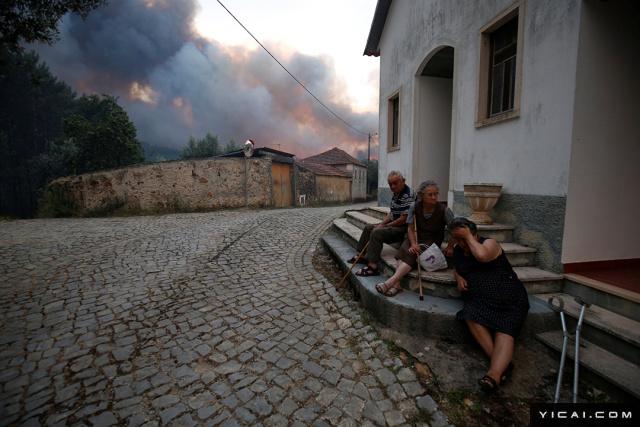 火灾威胁到了周围的居民生活区,多所民宅被烧毁,民众被疏散。图为当地时间2017年6月18日,葡萄牙中部Fato村庄,火灾区域邻近的村民。