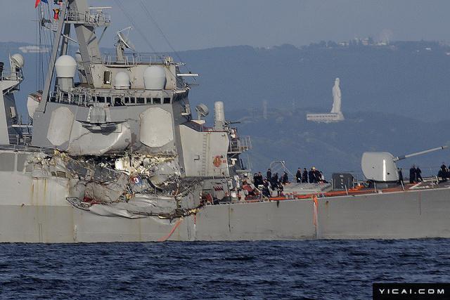 """当地时间2017年6月17日,日本横须贺海军基地,被拖回驻地的美军""""菲兹杰拉德""""号导弹驱逐舰,船体损坏变形。当日,美国海军第七舰队""""菲茨杰拉德""""号驱逐舰在日本近海与一艘菲律宾籍货船相撞,造成美国军舰上3人受伤、7人失踪。"""