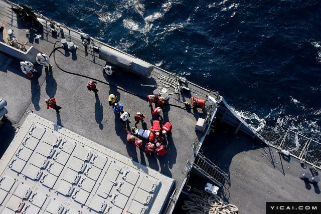 """当地时间2017年6月17日,日本伊豆大岛,在伊豆大岛附近拍摄的美军""""菲兹杰拉德""""号导弹驱逐舰,美军人员正转移一名伤者。"""