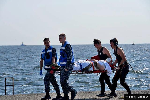 """当地时间2017年6月17日,日本伊豆大岛,在伊豆大岛附近拍摄的美军""""菲兹杰拉德""""号导弹驱逐舰,一名伤者躺在担架上被抬走。"""