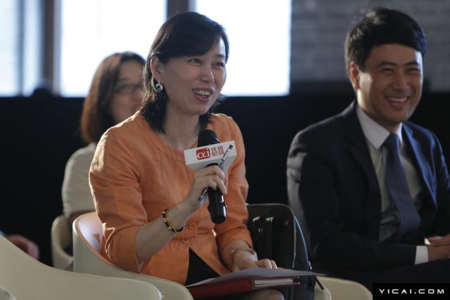 图为上海交通大学安泰经济与管理学院副院长唐宁玉和圆桌论坛嘉宾对话。