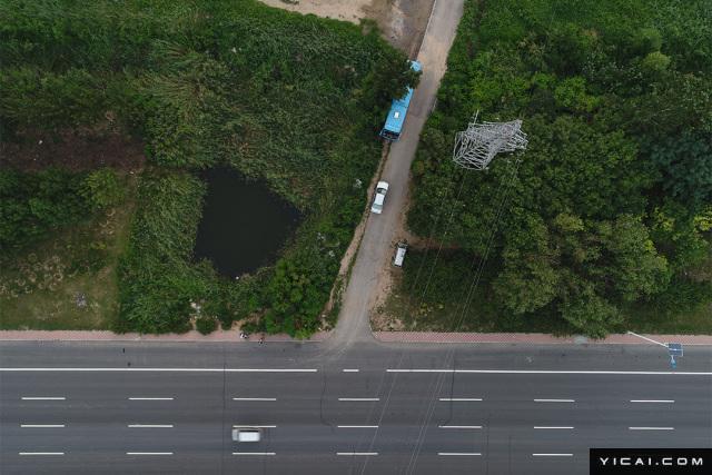 """2017年8月4日,天津静海,李文星溺亡的水坑正北500米的一处院落,院内有多排平房,一部分为废品回收站,另外一部分的近10间平房为传销组织""""蝶贝蕾""""的宿舍。图为李文星遇害水坑。"""