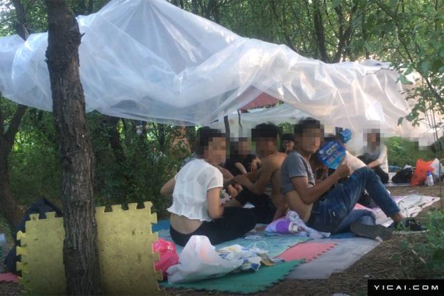 图为传销组织成员在聚会。 财新记者 陈玮曦/视觉中国