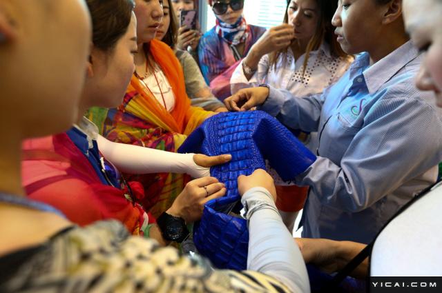 泰国商务部的数据显示,泰国的鳄鱼养殖业在2016年遭受重创,鳄鱼皮制品出口下滑超过60%,出口额跌至1300万泰铢(约合人民币260万元),图为形形色色的鳄鱼皮制品。泰国春武里省,顾客们在是拉差鳄鱼湖查看被染色的鳄鱼皮。