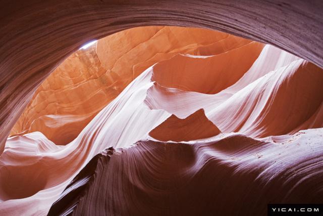 羚羊峡谷,位于美国亚利桑纳州境内,是世界有名的摄影景点。此处山峦,线条圆润流畅,就连最伟大的雕刻家也无法完成,因此堪称世界上大自然最富有创造力的奇迹。