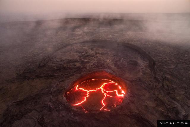 地狱之门,位于土库曼斯坦境内的一处村庄,由于此处盛产天然气,有三个巨大的天然气坑,为避免危险,有人点燃其中一处,谁料大火已经燃烧了43年,仍未熄灭。熊熊燃烧的大火,让此处犹如地狱一般让人望而却步。