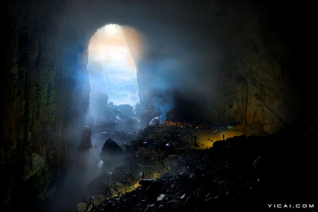 """韩松洞,位于越南风牙者榜国家公园,隐藏在丛林之中,是世界上最大的天然洞穴。洞内有山有水,堪称""""别有洞天"""",但对于这个诡异的地下世界究竟如何形成,至今仍未明确,所以令韩松洞更加神秘无解。洞穴规模之宏大简直令人窒息,高度足以塞下一栋40层的大楼,洞穴深处的幽绿荧光更是平添了一份神秘气息。韩松洞内部甚至有着一种独特的气候,在洞穴内就有云雾的存在。"""
