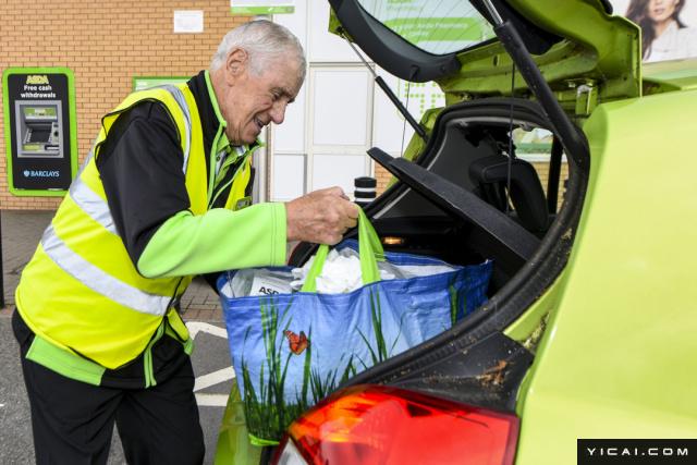 据报道,布罗根的工作内容是帮驾车前往超市购物的顾客包好货物,并收回超市手推车,这个工作他已经做了超过20年。